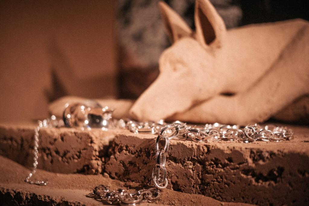 Hermes-vetrine-composition-avec-chiens-16